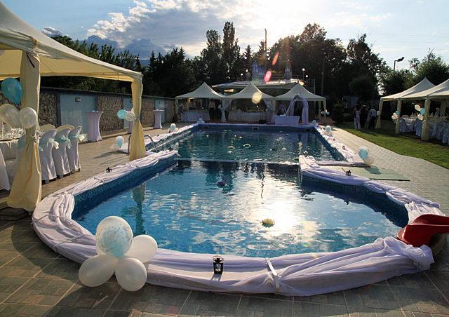 Градинска сватба на басейн Чери
